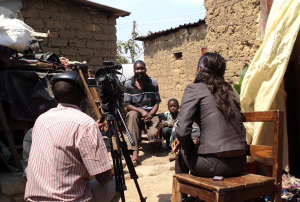 Felix Chisenga blir intervjuet av zambisk TV